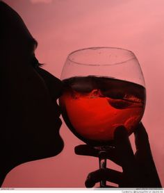Relax with a glass of wine. Wine Photography, Vides, Woman Wine, Wine Art, Wine Time, Jolie Photo, Wine Making, Wine Drinks, Low Key