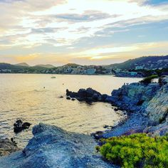 Die Calo de Sa Romana ist eine Steinbucht, die neben dem Playa La Romana in Paguera Mallorca traumhaften Blick in die Abendsonne bietet. Hotel Am Strand, Hotels, Water, Outdoor, Romans, Colorful Houses, Vacation Places, Paradise