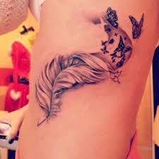 photographie tatouage plume et prenom sur côtes femme