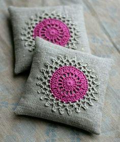 Cojín gris circulo crochet rosa