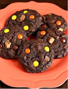 Leftover Halloween Candy Cookies {Gluten-free} Great recipe to use up all that leftover candy or the candy you snitch from your kids! I make these gluten-free candy cookies with leftover holiday candy. Gluten Free Chocolate Cookies, Gluten Free Cookie Recipes, Gluten Free Sweets, Gluten Free Cookies, Gluten Free Baking, Paleo Recipes, Free Recipes, Halloween Deserts Recipes, Halloween Candy Apples