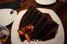 P.F. Chang´s GREAT WALL OF CHOCOLATE Seis capas de exquisito pastel de chocolate decorado con chispas de chocolate semi amargo, salsa de frambuesa y frutos rojos.