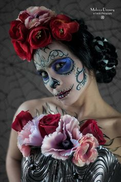 Día de los Muertos Sugar Skull Make-up Art - Notice the flowers in the hair and on the top, nice!