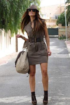 Девушка в платье, сумкой и шляпке в стиле милитари