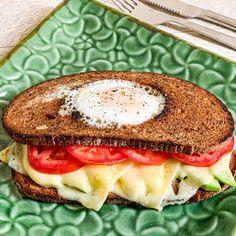 Sandviș cu ou în gaură, cu avocado, Emmental și felii de roșie Egg In A Hole, Avocado, Food Diary, Salmon Burgers, Food Pictures, Healthy Life, Food Photography, Sandwiches