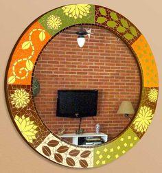 Espelho em mosaico com motivo africano, com base em compensado naval, coberto com mosaico de azulejos cerâmicos....