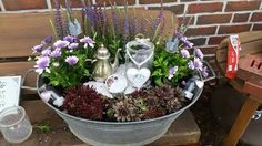 She buys an old zinc bucket for only a few euros . Garden Beds, Garden Art, Vintage Outdoor Decor, Cozy Backyard, Outside Decorations, Most Beautiful Gardens, Deco Floral, Plantation, Porch Decorating