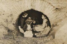 Madrid. Niños refugiándose de los bombardeos de la aviación fascista (ALBERO Y SEGOVIA) (AGA)