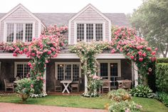 A Week On Nantucket, Part 2 – Gal Meets Glam mins 0 Less than a minute Previous Post Gal Meets Glam A Week On Nantucket Part 2 Jardin Luxuriant, Nantucket Style, Nantucket Beach, Coastal Style, Rose House, Climbing Roses, Garden Planning, Cabana, My Dream Home