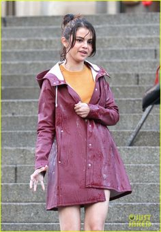 Selena Gomez Gets Wet at the Met While Filming Movie in NYC!: Photo Selena Gomez is making a splash on the steps of the Met Museum while filming her upcoming movie! American Singers, American Actress, Bella Hadid Hair, Ramona And Beezus, New Upcoming Movies, Princess Protection Program, Barney & Friends, Alex Russo, Selena Gomez Photos