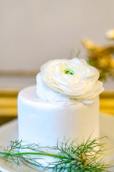 Simple fresh flower wedding cake | Image by Anna Grinets Photography