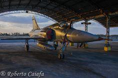 Dassault Mirage F-2000C na sua morada, o hangar da linha de voo da BAAN = Foto: Roberto Valadares Caiafa — em Base Aerea De Anapolis