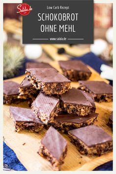 Manchmal darf's auch etwas mehr sein. Ein Mehr an Geschmack nämlich. Aber Vorsicht, das Schokoladenbrot macht süchtig. Auch wenn es ein Low Carb Schokoladenbrot ist, solltest du nicht das ganze Blech auf einmal essen. Aber so ein paar Stückchen am Tag gehen schon :). #Schokoladenbrot #lowcarb #lowcarbrezepte #backenohnemehl #backenohnezucker #rezepte #lowcarbbacken #schokoladenbrotrezept Low Carb Backen, Low Carb Recipes, Baking, Eat, Desserts, Food, Small Cake, Good Food, Low Carb