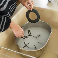 年末休みのわずかな時間で、家をスッキリさせる大そうじ法について取材している今回の特集。全3話を通して、すきま時間で効率よく掃除するアイデアが注目されている、東(ひがし)いづみさんにお話を伺っています。 House Cleaning Tips, Cleaning Hacks, Life Hacks Home, Home Doctor, Cooking Dishes, T Home, Small Space Organization, Moving House, Tidy Up