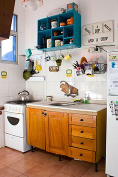 Casa Chaucha: Mariana and Guille's apartment, Uruguay, Kitchen modern boho interior Decor, Home Kitchens, Cozy Kitchen, Kitchen Design, Sweet Home, Kitchen Dining Room, Kitchen Decor, Small Kitchen, Home Deco