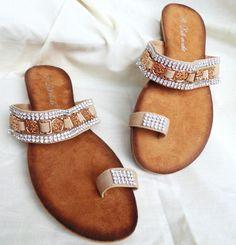 Sandalia beige, con detalles en dorado
