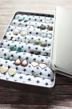 Gift idea: {DIY} Jewelery box (s& Geschenksidee: {DIY} Schmuckdose (s'Bastelkistle) It& about time to think about the Christmas presents. I must honestly admit, that I belong to the kind, the last days before Christmas get the gifts or - Jewellery Storage, Jewellery Display, Jewelry Box, Jewelery, Jewellery Holder, Hanging Jewelry, Diy Jewelry Unique, Diy Jewelry Making, Diy Storage