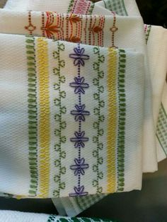 Looks like Huck towel embroidery. Swedish Embroidery, Towel Embroidery, Embroidery Applique, Cross Stitch Embroidery, Embroidery Patterns, Cross Stitch Patterns, Machine Embroidery, Bordado Tipo Chicken Scratch, Swedish Weaving Patterns