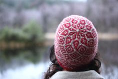 This cosy hat, with a graphic crown and an optional pompom, is based on the same chart as my Epistrophy yoke (hence Epistrop-heid). Fair Isle Knitting, Knitting Yarn, Hand Knitting, Knitting Patterns, Knitted Hats, Crochet Hats, Stitch Witchery, Crochet Wool, Tejidos