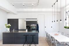 Zwarte open keuken in industrieel appartement