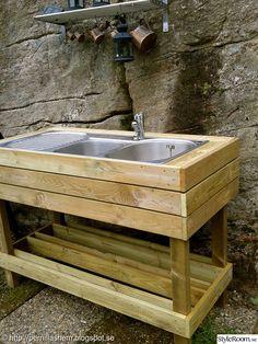 med överblivna brädor från altanbygget och en begagnad diskho,blev det ett praktiskt utekök i trädgården hemma hos oss .