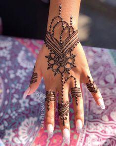 Henna Love this piece by Rebekah. It looks so gorgeous in the light! 🌞⠀ Love this piece by Rebekah. It looks so gorgeous in the light! Pretty Henna Designs, Henna Tattoo Designs Simple, Hena Designs, Best Mehndi Designs, Mehndi Designs For Hands, Wedding Henna Designs, Henna Tattoo Muster, Mehndi Tattoo, Henna Hand Tattoos