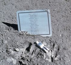 Es una escultura de aluminio de 3 pulgadas de altura de una figura humana que fue dejada en la Luna en 1971 por astronautas del Apolo 15. Creado por el artista belga Paul Van Hoeydonck, la escultura es un monumento para los astronautas y cosmonautas que han muerto en la búsqueda de la exploración espacial.