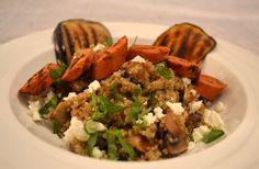 Paddenstoelenquinoa op een bedje van gegrilde aubergine met pittige worst en feta