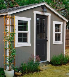 We love the She Shed trend-- cute and cozy backyard retreats made from tricked out storage sheds. This she shed has a relaxed, rustic vibe. Backyard Studio, Backyard Retreat, Backyard Office, Backyard Cottage, Shed Paint Colours, Shed Office, Shed Makeover, Tuff Shed, Simple Shed