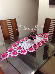 Caminho de mesa com flores camélia Feito em linha duna e barbante N?4 Medida 1,55x45 R$ 165,00