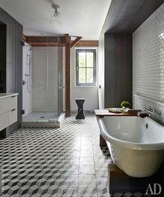 Ванная комната. Плитка на полу, Mosaic House, на стенах, Daltile. Ванна, Signature Hardware, фурнитура, Waterworks.
