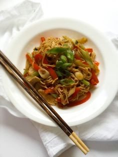 Easy Healthy Chicken Lo Mein Recipe! This delicious chicken stirfry is a healthy and low calorie version of Chinese lo mein for only 237 calories per serving! Low carb and huge portion too