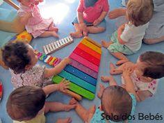 Na sala dos bebés há música todos os dias! As aulas de música, mais formais, acontecem uma vez por semana, mas todos os dias se promove o c...