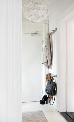 entryway organization - via French voguettes Ikea, Interior And Exterior, Interior Design, Entryway Organization, Entry Hallway, House Entrance, Getting Organized, Home And Living, Living Room
