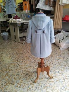Detalle de espalda, de aprecia gorro, trabillas mangas y espalda