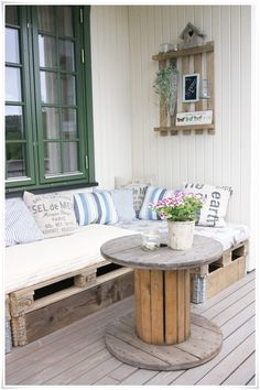 Canaps en palette et table en bobine de chantier pour un style rcup - Palet sofa and upcycled table
