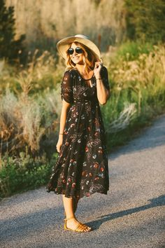 Pretty, comfy, flowy dress with sandals. ╰☆╮Boho chic bohemian boho style hippy hippie chic bohème vibe gypsy fashion indie folk the . Boho Outfits, Modest Summer Outfits, Cute Outfits, Summer Dresses, Midi Dresses, Skirt Outfits, Stylish Outfits, Fashion Outfits, Fashion Hats