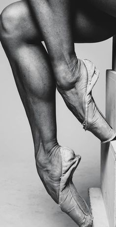 A pictorial study of all things ballet Ballerina Feet, Ballet Feet, Ballet Dancers, Dancers Feet, Ballerinas, Leg Reference, Anatomy Reference, Body Photography, Ballet Photography