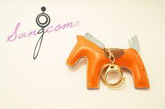 Herm★★ st 홀스 키체인 - orange 골드 색상의 고리 부분과  오렌지 색상의 말 모양으로 귀여운 디자인의 키체인이랍니다! #상콤#sangcom#키체인#keychain#명품스타일