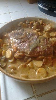 porc, pomme de terre, cidre, moutarde, feuille de laurier, huile, beurre, farine, ail, oignon, thym, poivre, Sel