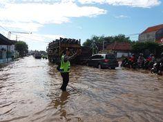 Polwan Polres Pasuruan Kota Berjibaku Di Lokasi Banjir