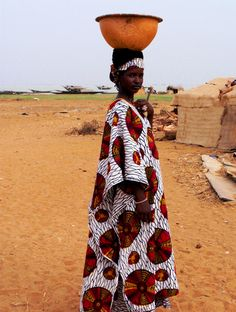 Africa | Fulani woman.  Along the banks of the Niger River.  Mali | ©Eloïse Orange