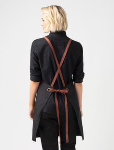 Bound to be a crew favourite, our Tom Bib Apron captures effortless sophistication - a modern Black apron with clickable Tan Sraps in a shorter length. A run out success at launch the Tom in Black is now a cafe apron staple globally. Waitress Outfit, Cafe Apron, Modern Aprons, Black Apron, Leather Apron, Bib Apron, Sewing Aprons, Apron Designs, One Size Fits All