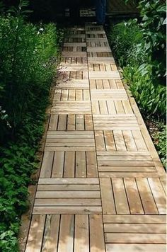 natural landscaping ideas, wooden garden paths Wood is a fantastic material for eco friendly, natural and beautiful garden path design Pallet Walkway, Wooden Pathway, Wood Path, Wood Walkway, Wooden Garden, Rock Pathway, Rustic Pathways, Diy Fence, Wooden Pergola
