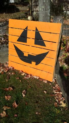Paint a pallet like a jack-o-lantern for an easy, fun yard decoration. - 2019 Home Ideas Pallet Yard Ideas, Pallett Ideas, Pallet Projects, Halloween Boo, Halloween Projects, Halloween Ideas, Halloween Costumes, Outdoor Snowman, Pallet Snowman