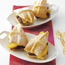 Sinterklaas mijter tompouce with chocolate mousse and oranges. Easy recipe from Jumbo Supermarkten. Saint Nicolas, Party Time, Good Food, Fun Food, French Toast, Easy Meals, Chips, Favorite Recipes, Treats