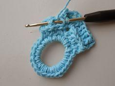 Vandaag ben ik jarig en ik heb als traktatie voor jullie een patroon gemaakt van een pannenlap. Deze zijn snel te haken en ideaal als... Crochet Kitchen, Crochet Home, Love Crochet, Vintage Crochet, Knit Crochet, Different Stitches, Crochet Potholders, Hot Pads, Pot Holders