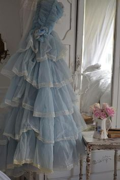 Oh so shabby Vintage Prom, Vintage Gowns, Shabby Vintage, Mode Vintage, Vintage Outfits, Vintage Fashion, Vintage Hats, Pretty Dresses, Blue Dresses