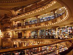 A El Ateneo Grand Splendid, é um ícone de Buenos Aires. Eleita a 2ª livraria mais bonita do mundo, o local era um antigo teatro, super bem conservado.