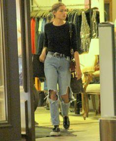 dc062cbb2 Com a calça jeans do momento, Sasha Meneghel monta look chique sem esforço